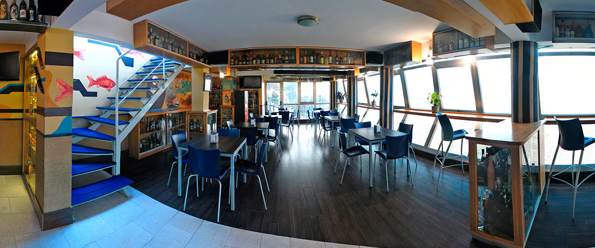 Bar Cafetería Atxarre - Zona de mesas y ventanal interior